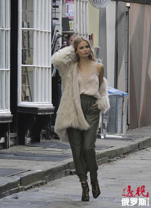 18岁时,娜塔莎•波莉在时尚圈中已颇有名气。取得中学毕业证后,她与Women Management模特经纪人公司签订了合约。