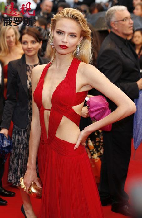 2006-2009年,娜塔莎•波莉经常出现在欧洲大型时尚之都的模特展演中,展示的著名品牌包括香奈儿、伊夫•圣•洛朗、亚历山大•麦昆、范思哲等。稍后又加入其它时尚品牌:古驰、路易•威登、罗伯特•卡沃利。