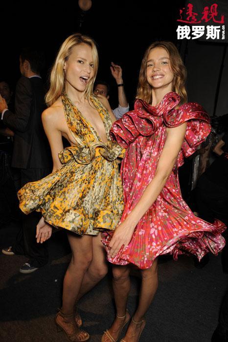 """参加""""维多利亚的秘密""""女性内衣展可认为是娜塔莎•波莉事业的顶峰,因为传统上只有全球时尚圈中最耀眼的模特明星才能参加这一系列的展演。一次展示会中,娜塔莎掉了一只鞋,但她没有因此失去镇定,像什么事也没有发生一样走在T台上。"""