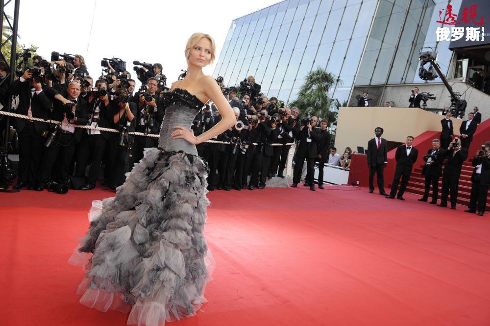 现在,娜塔莎•波莉已成为全球时尚行业公认的形象,她不止一次登上世界顶级杂志的封面。在她之前,俄罗斯模特中只有娜塔莉亚•沃基亚诺娃(Natalya Vodyanova)取得过这样的世界知名度。