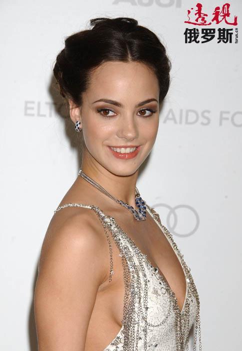 """索菲亚•阿尔扎科夫斯卡娅(Sofya Arzhakovskya)以艺名索菲亚•斯卡娅(Sofya Skya)为人所熟知。她是2006年""""世界小姐""""称号获得者,同时也是天才的芭蕾演员、电影演员和歌手。"""