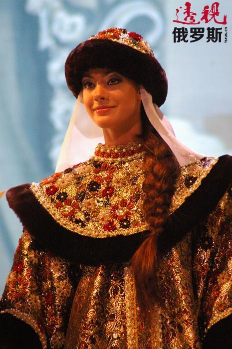 16岁起,索菲亚开始在剧院工作,参加演出了《天鹅湖》、《舞姬》、《白雪公主》、《艾斯米拉达》及《雷蒙德》等芭蕾名剧。在大部分演出中,索菲亚担任独舞演员。
