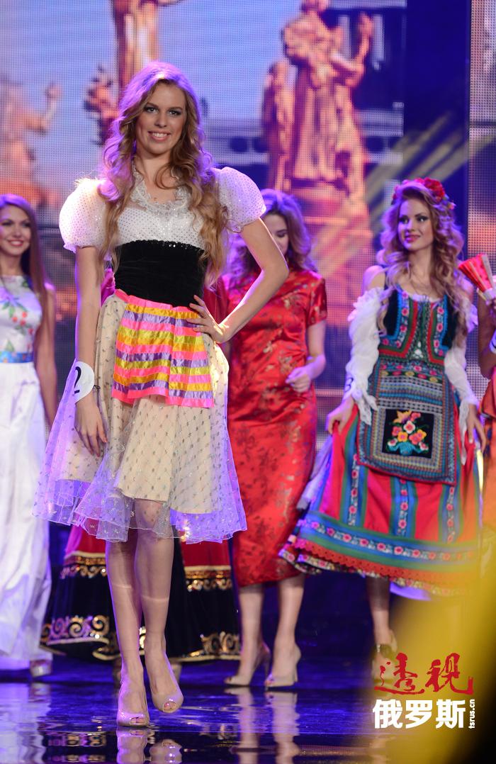 每一位佳丽都要展示出年轻美丽的莫斯科女孩——大学生、运动员和演员等各自形象。