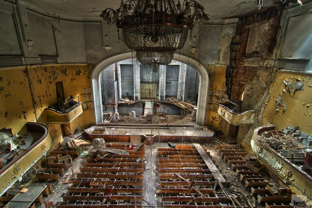 While luxurious interiors are covered in a century's worth of dust // The Glow of Poverty, in Nizhny Novgorod: this is how the more than 100-year-old Lenin Palace of Culture looks now.