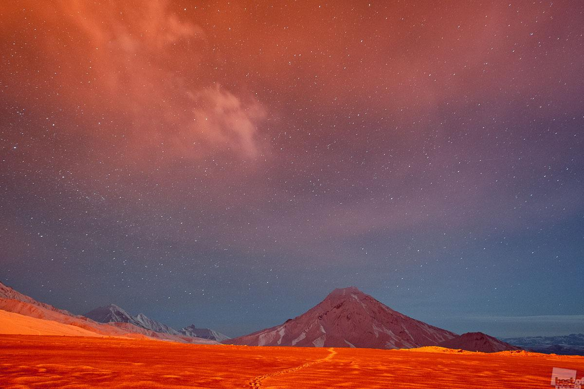 The lava that bursts to the surface is a sight to behold, especially at night. But when the skies are dark, other images, equally interesting, appear where the red glow from the incandescent lava falls. Krasny Tolbachik Volcano, Kamchatka