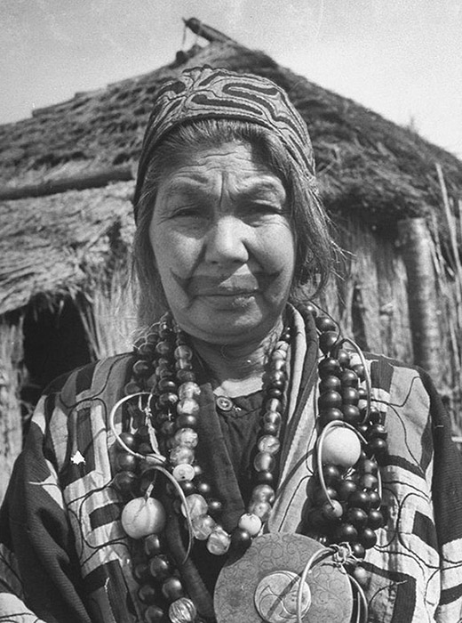 "On her wedding day, the groom would complete the ""years-old pattern"" by connecting the contours into a ""smile"". The tattoo on an Ainu woman's face indicated her marital status. According to the patterns on her lips, cheeks, and eyelids, it was possible to determine whether a woman was married and how many children she had."