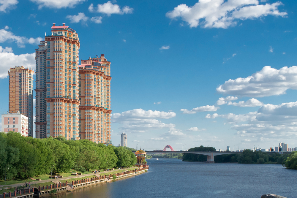The Scarlet Sails residential complex is still unfinished. The first of five blocks was built in 2003, and construction is scheduled to complete in 2015. A feature of the complex is its location on the banks of the Moskva River, and residents even have access to their own yacht club.