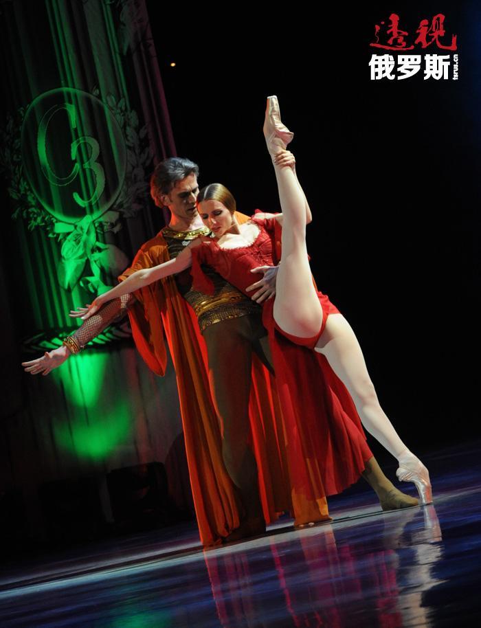斯维特兰娜•扎哈洛娃,1979年6月10日出生于乌克兰卢茨克。1989年考入基辅舞蹈学院,就读6年后参加了在圣彼得堡举办的瓦冈诺娃青年舞蹈家大奖赛(Vaganova-Prix)并获得第二名和直接转入瓦冈诺娃芭蕾舞学院毕业班的邀请。