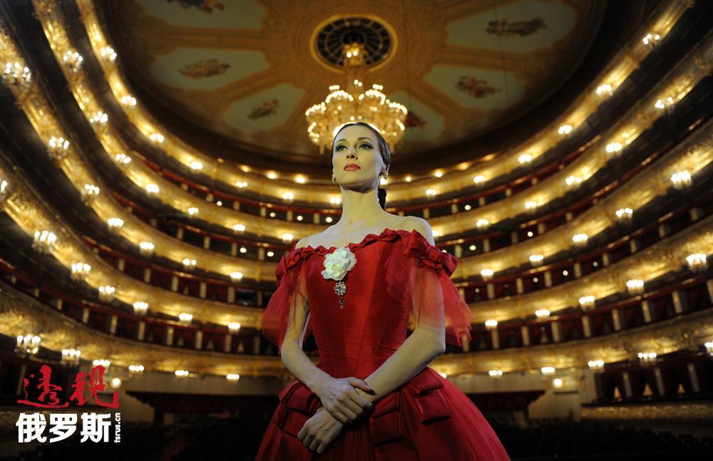 扎哈洛娃参加了马林斯基剧院所有主要的巡回演出。1999年起,她作为特邀明星参加了全球主要芭蕾舞团的演出,其中包括纽约城市芭蕾舞团和米兰斯卡拉芭蕾舞团。
