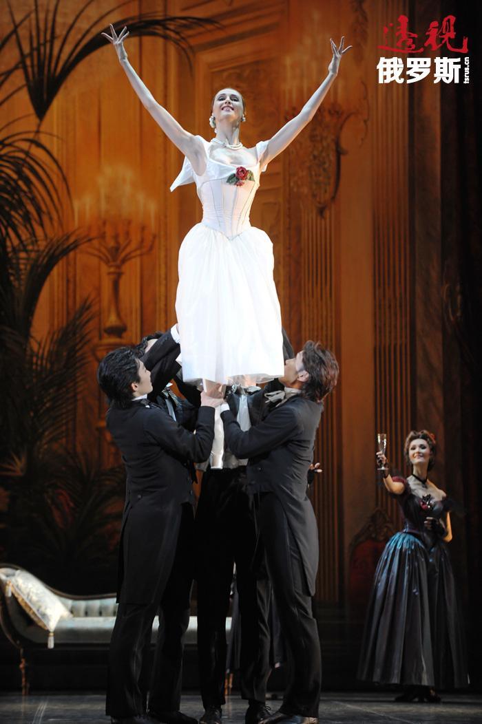 2003年10月起,扎哈洛娃开始在莫斯科大剧院担任首席芭蕾女演员一职。但不时地也会回到马林斯基剧院参加演出。