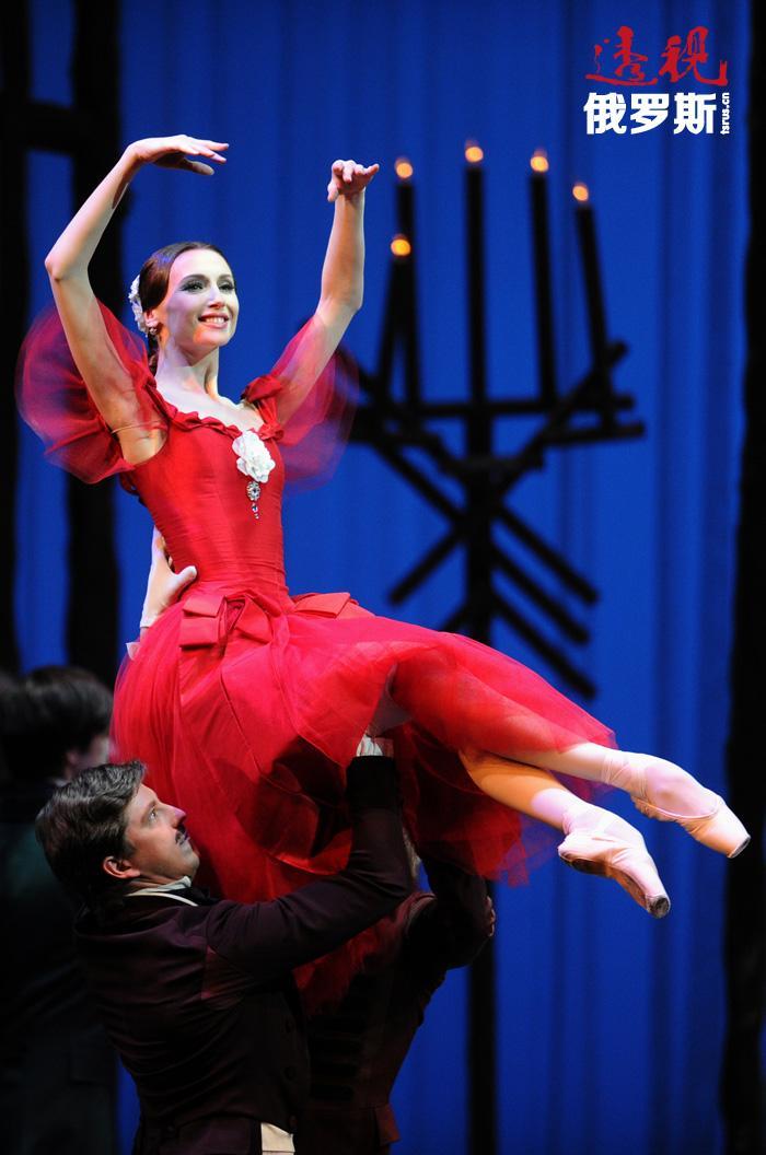 扎哈洛娃积极参与国家政治活动,并为文化工作者做了很多事,例如,现在芭蕾演员已被免除兵役。