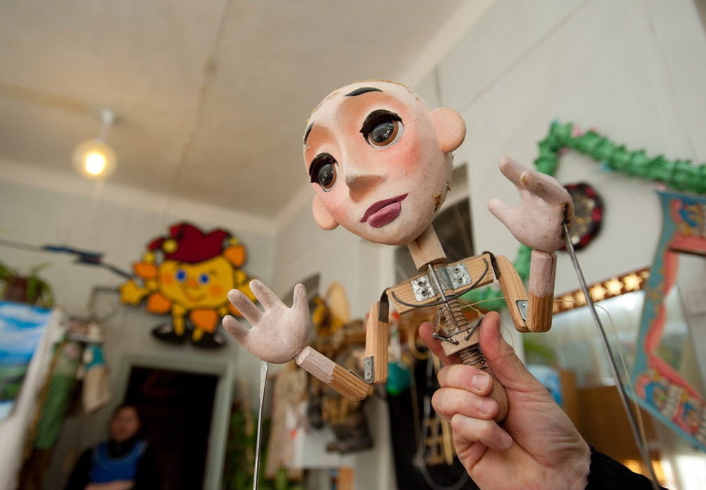 Thanks to this frame, characters can turn their heads, blink, and open their mouths.  The doll's arms are controlled using rods or spokes attached to its wrists.