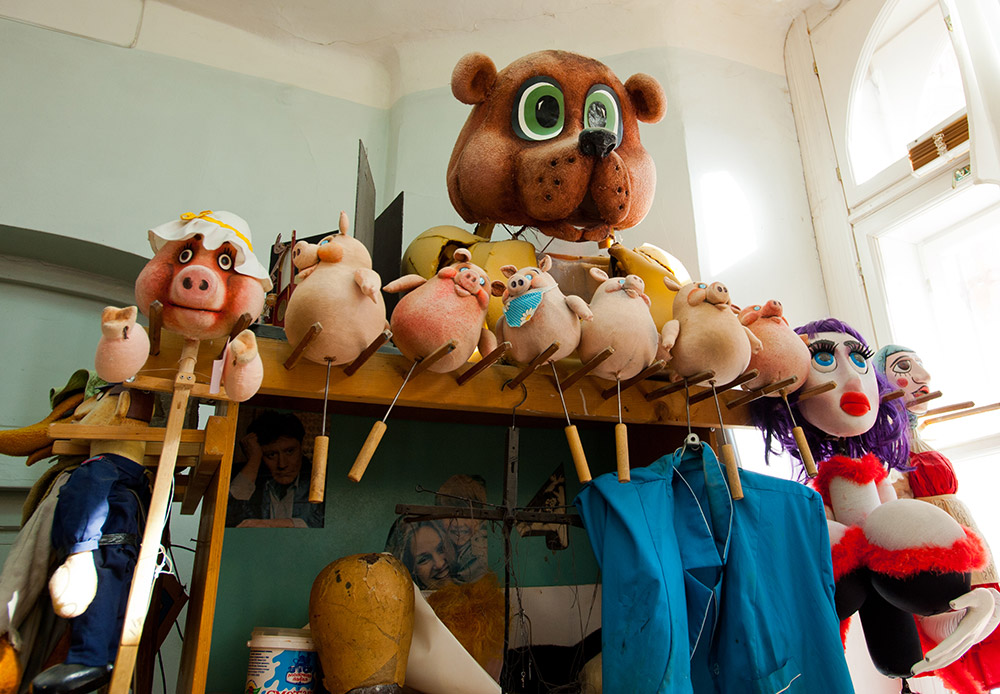 Among them are marionettes, handle puppets (handles are attached to the puppet's body parts), hand puppets (worn on the puppeteer's hand), and rod puppets (controlled using rods).
