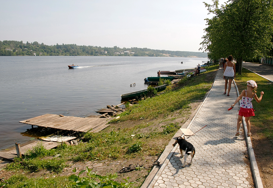 Plyos' coast is 3-km long. Cafes line the entire length of it, offering a place to try Volga fish and local liqueurs.