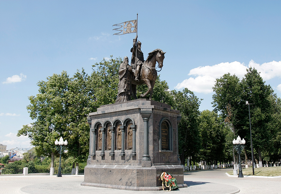 A monument to the Grand Prince of Kiev Vladimir the Great who oversaw the baptism of Russia in 988. Sculptor Sergey Isakov created the monument, which was installed in 2007. Next to Vladimir is Saint Fyodor who, according to legend, converted the prince to Christianity.