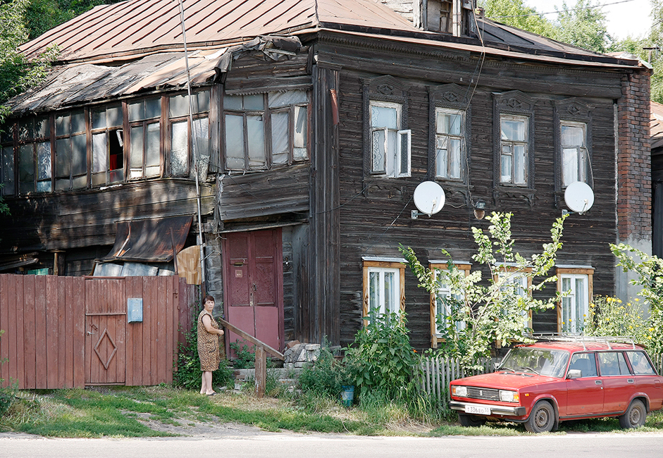 Although Vladimir's architectural monuments are well kept, most of its citizens live in ramshackle houses that were built as far back as the end of the 19th century.