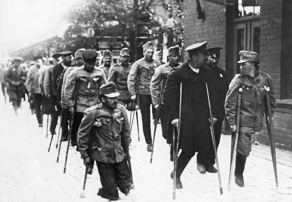 For the Russian Empire, participation in the First World War culminated in the revolution of 1917, which developed into civil war and led to the signing of a separate peace with Germany which put the country in the camp of the losers in the war.  // The Swedish Red Cross facilitates the exchange of war prisoners detained in Russia and Siberia for disabled German and Austrian ex-servicemen, Hallsberg railway station, Sweden, 1915-1918