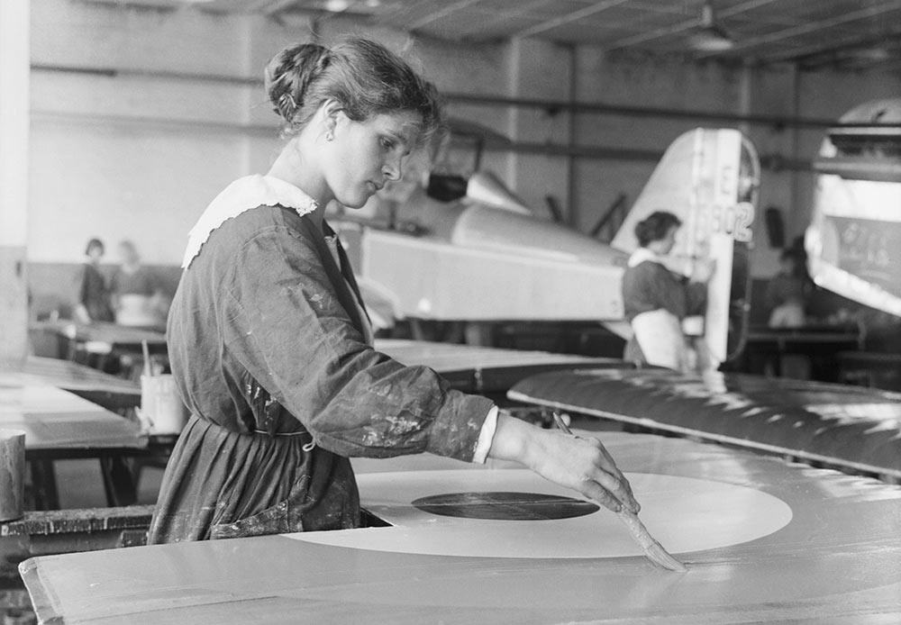 In the Soviet period – and until recently – the First World War was one of the forgotten wars, receiving scant public attention //  A female war worker carefully paints the roundel on the wing of an SE5A aircraft at the Austin Motor Company factory in Birmingham, September 1918