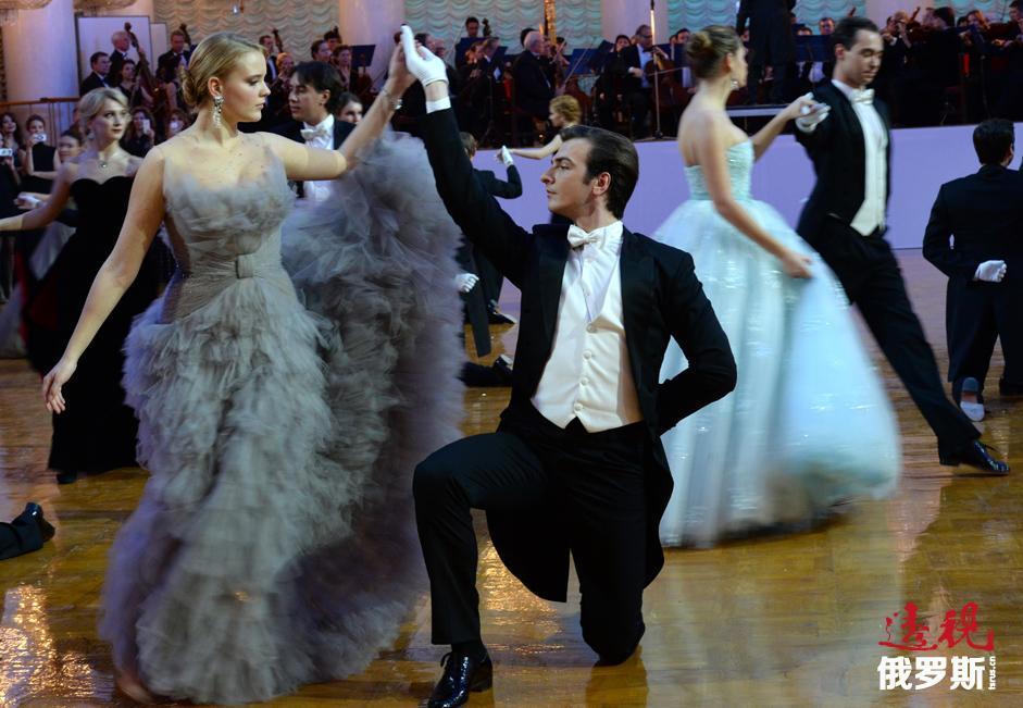 名媛们按照传统在大剧院舞蹈演员们的伴衬下舞蹈。