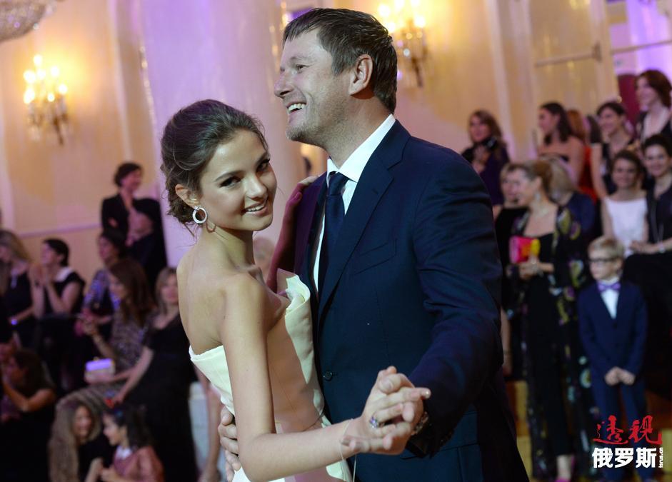 俄罗斯网球联合会副主席叶夫根尼·卡费尔尼科夫(Evgeni Kafelnikov)与女儿阿列西娅(Alesia)一起跳舞。