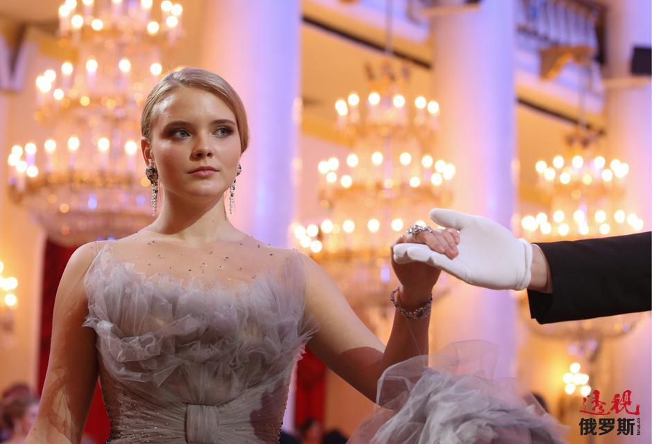 玛利亚·杜纳耶夫斯卡娅(Maria Dunaevskaya,著名作曲家马克西姆·杜纳耶夫斯基/Maxim Dunaevsky/的养女)首次在《尚流(Tatler)》名媛舞会上起舞。