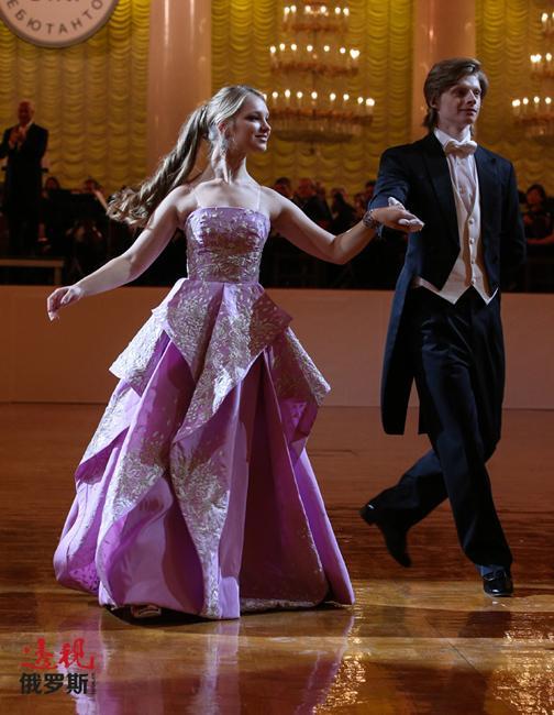 波洛涅兹舞在柴可夫斯基的芭蕾舞剧《天鹅湖》的乐曲伴奏下成为开场舞。
