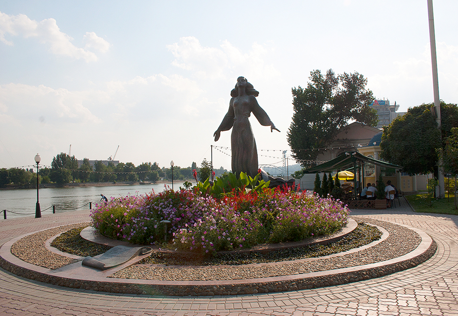 The river embankment in Rostov-on-Don is one of its residents' favorite places for taking a stroll. Many summer cafes with a view of the Don River are situated here. A monument of a Rostov woman, the work of sculptor Anatoly Sknarin, is one of the main sights here. The monument was dedicated to all women of Rostov-on-Don.