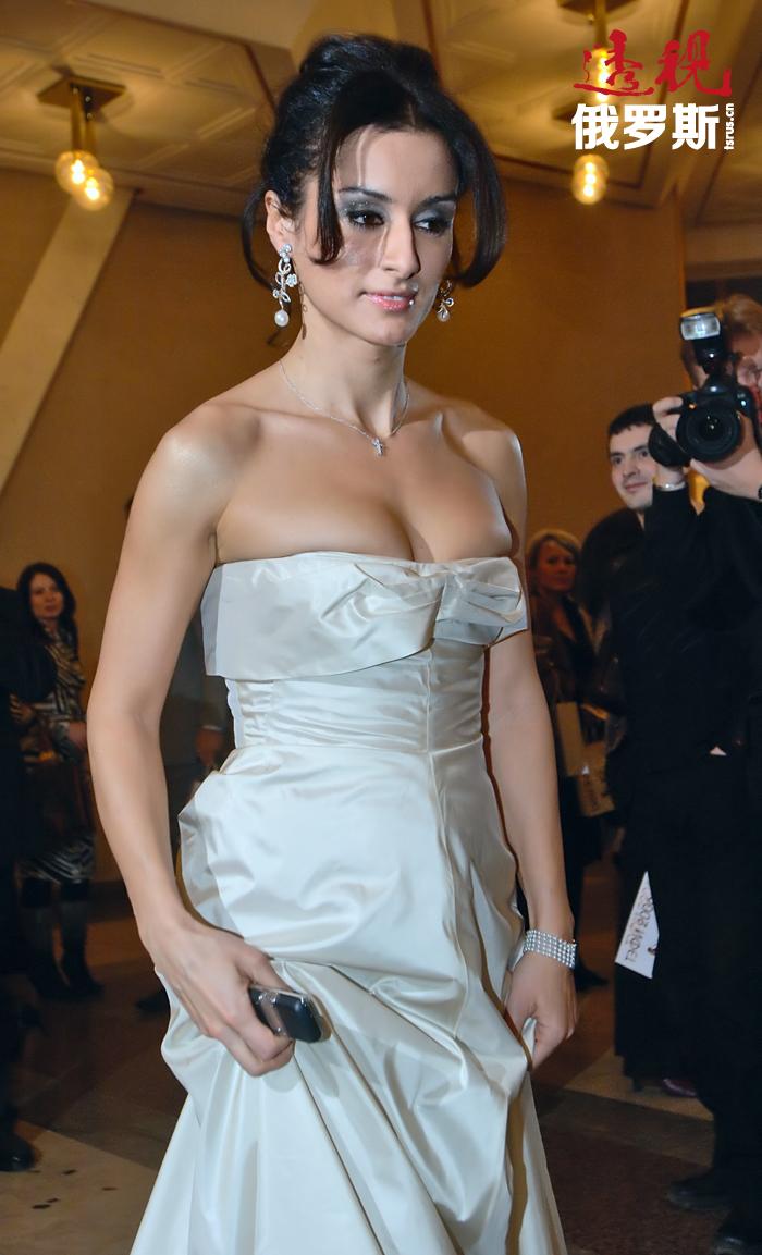 2002年9月蒂娜•康德拉吉开始在STS电视台主持《细情》节目,在这个节目中她采访过许多俄罗斯演艺界的著名人物。