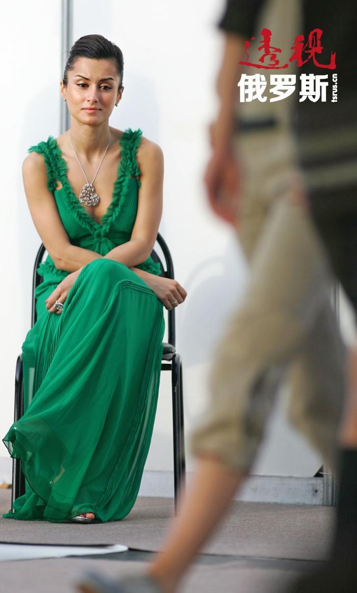 2012年她与 Oriflame公司签订合同,按照合同她将在两年内在俄罗斯和独联体国家代理Oriflame公司的产品。康德拉吉的薪酬将为200万美元。