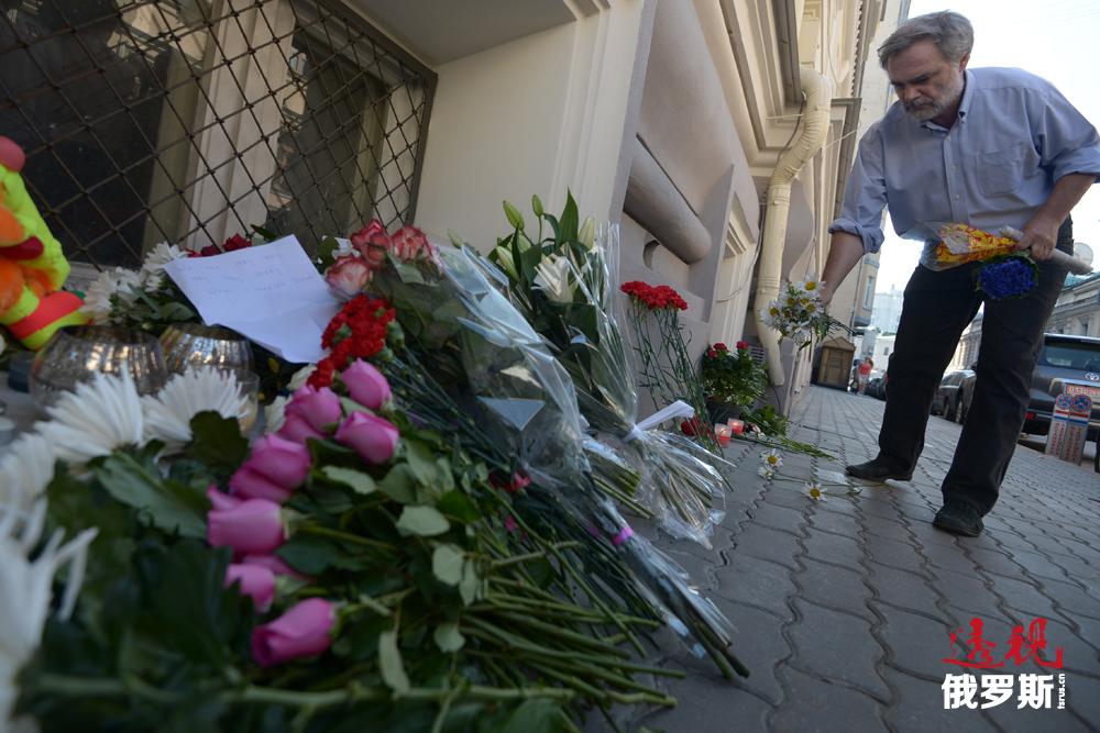 一位莫斯科老人为悼念马航坠落事件献上一束鲜花。