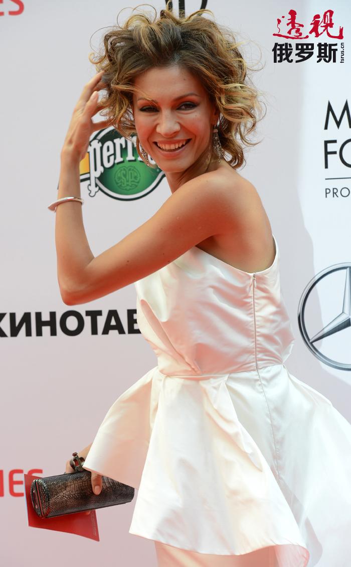 2011年,叶莲娜从鲍里斯•休金戏剧学院毕业后立即被莫斯科讽刺剧院录用。