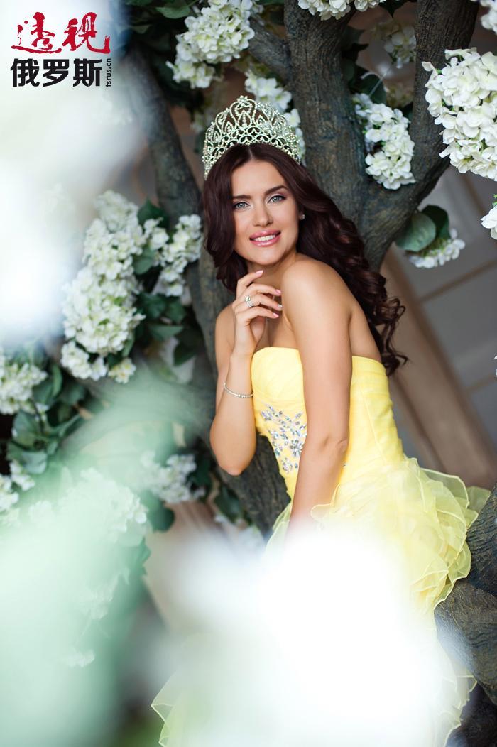 """俄罗斯女人拥有无与伦比的美貌,这是全世界认可的公论。赢得""""2014全球美皇后""""( Queen Beauty World 2014)称号的俄罗斯美女尤利娅•约宁娜(Yuliya Ionina)正是这样一个成功的例证。"""