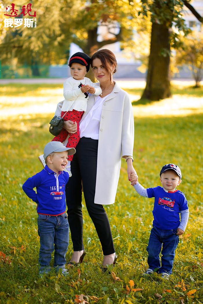 """此外,尤利娅•约宁娜还是一位体贴的妻子和三个孩子的母亲。2012年12月,她成立了""""美丽与善心""""慈善基金会,帮助圣彼得堡和列宁格勒州的孤儿院的孩子们以及低收入家庭。"""