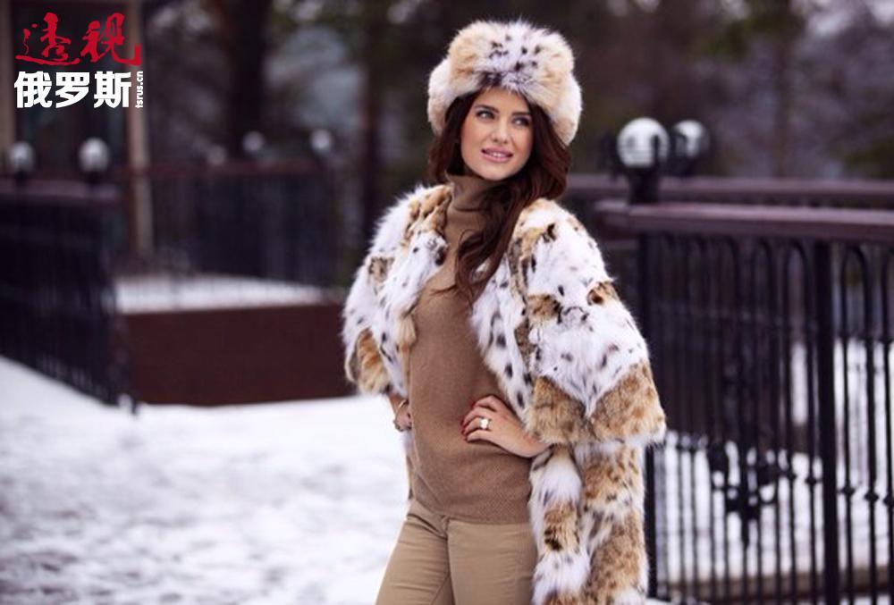 尤利娅•约宁娜经常参加广告拍摄,她是NewTone健身俱乐部和NVersio皮草时尚之家的代言人。