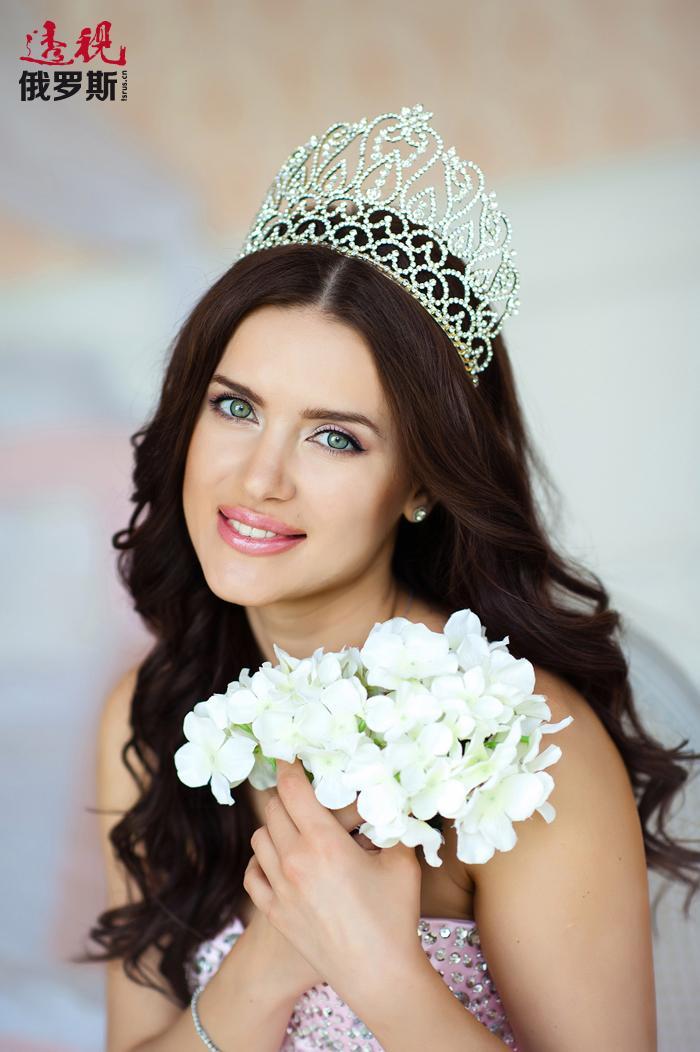 """""""全球美皇后""""桂冠是尤利娅•约宁娜获得的最高荣誉,这不仅是因为她已在多个国内比赛中取得胜利,还在于她是代表俄罗斯参加这场在厄瓜多尔举行的国际比赛。"""