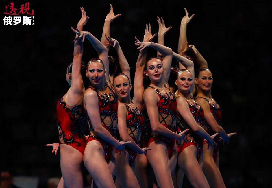 自2012年伦敦奥运会开始,俄罗斯国家花样游泳队就包揽了世锦赛和欧锦赛的所有金牌。图中:2013年巴塞罗那世锦赛上,俄罗斯花样游泳队的姑娘们正准备参加自选节目表演。