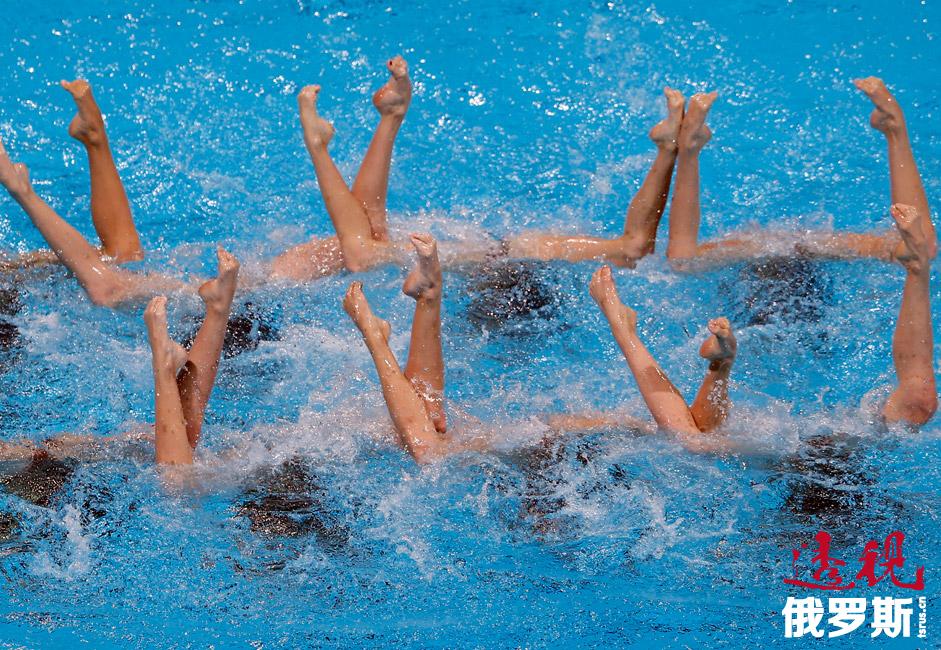 在通常情况下,参赛代表队会表演两套节目:必选动作和自选动作。在前一项比赛中,裁判为选手的技术发挥打分,而在后一项比赛中,裁判更关注节目中所选择的音乐和舞蹈表现力。图中:在2013年举行的巴塞罗那世锦赛中,俄罗斯队正在进行自选动作表演。