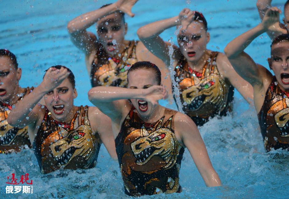 图中:2013年喀山第27届世界大学生夏季运动会上,俄罗斯花样游泳队正在表演其最著名的节目之一。