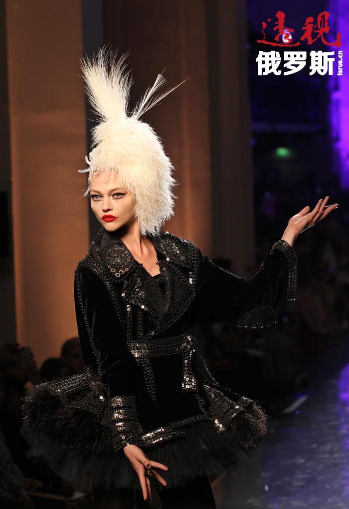 皮沃瓦罗娃很快就在米兰时装周的普拉达秀上进行了首秀。最后,拍照变成了工作,朋友也变成了丈夫。