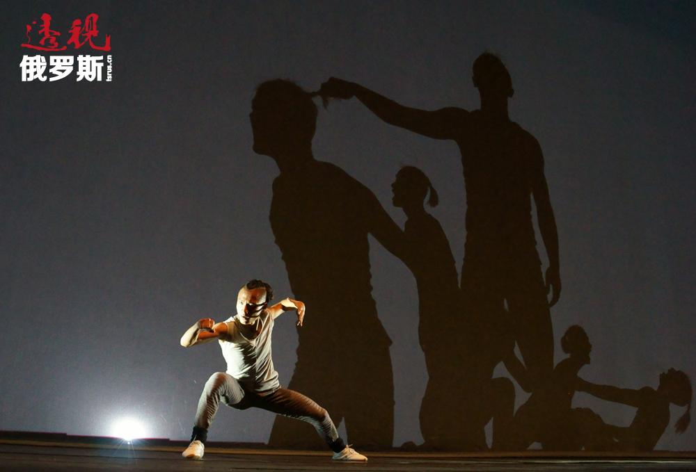 """北京当代舞""""龙""""剧院由电影明星和东方功夫大师成龙创建。"""