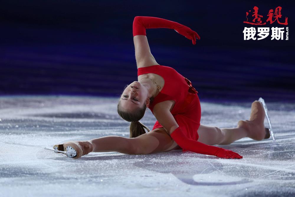 4岁时当妈妈第一次把她带到冰上时,尤利娅就爱上了花样滑冰运动。