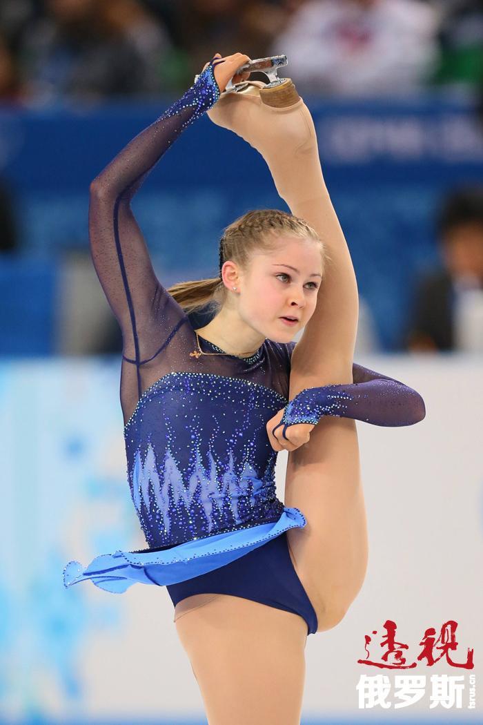 单腿旋转被认为是非常难的动作,但尤利娅能100%地成功完成。她这个年纪的各国花样滑冰选手中没有谁能与她相比。