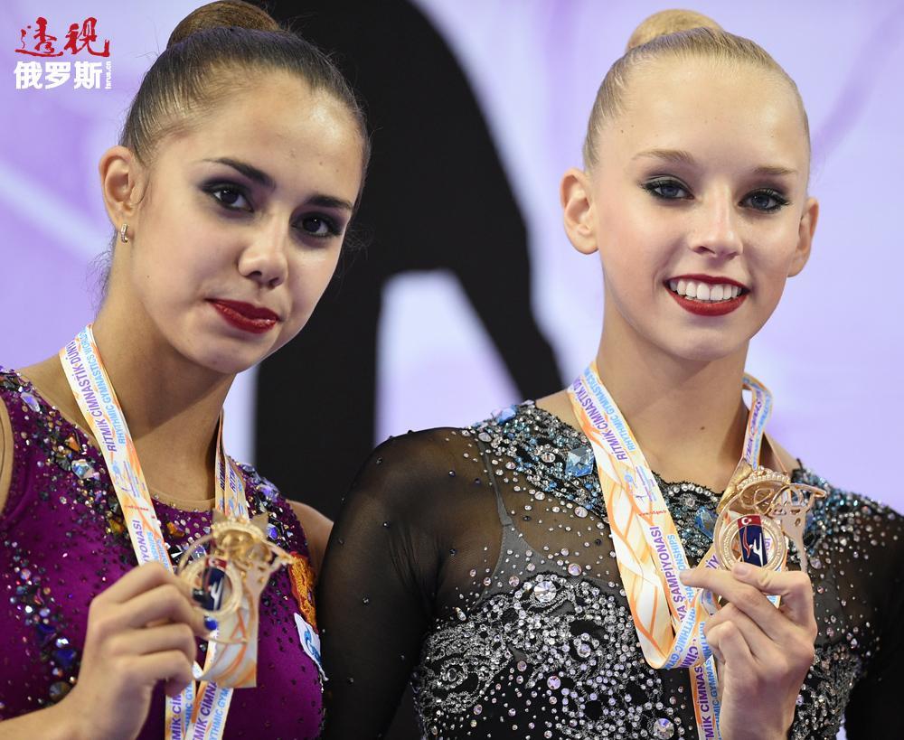 在此前举行的伊兹密尔(土耳其)艺术体操世界锦标赛上,俄罗斯体操选手亚娜·库德里亚夫采娃与玛格丽特·马蒙赢得个人项目全部金牌(7枚)及银牌(4枚)。