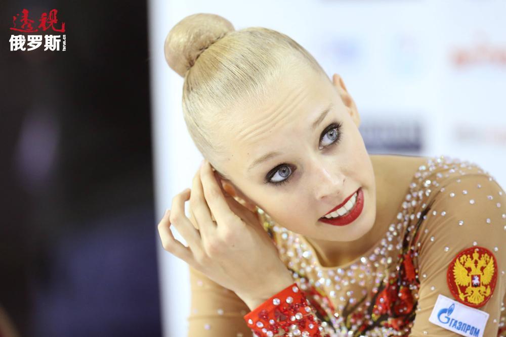 有一个有趣的细节是:库德里亚夫采娃是第一位在15岁时赢得世界个人全能冠军的体操运动员。