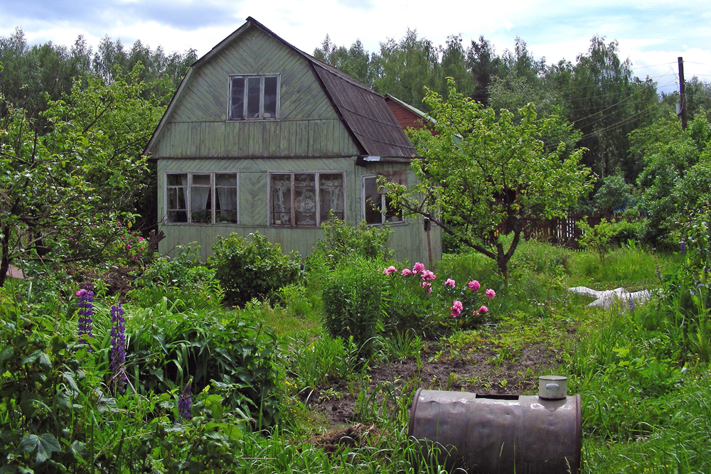 In Soviet times, country houses were primarily a place to have a garden where you could grow fruits and vegetables. It could also serve as a place for the whole family to relax on summer weekends. The ideal dacha option is a little house on six sotoks of land.