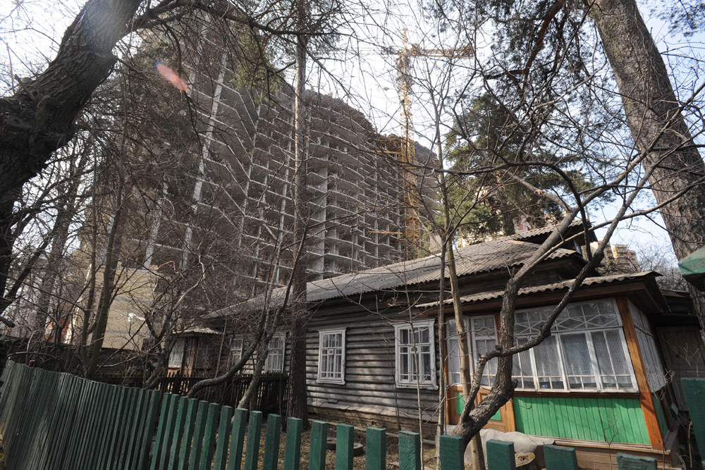 Moscow wasn't built in a day. Villages and country houses once stood where multi-storey residential buildings now stand. In some places, these little villages still remain to this day.