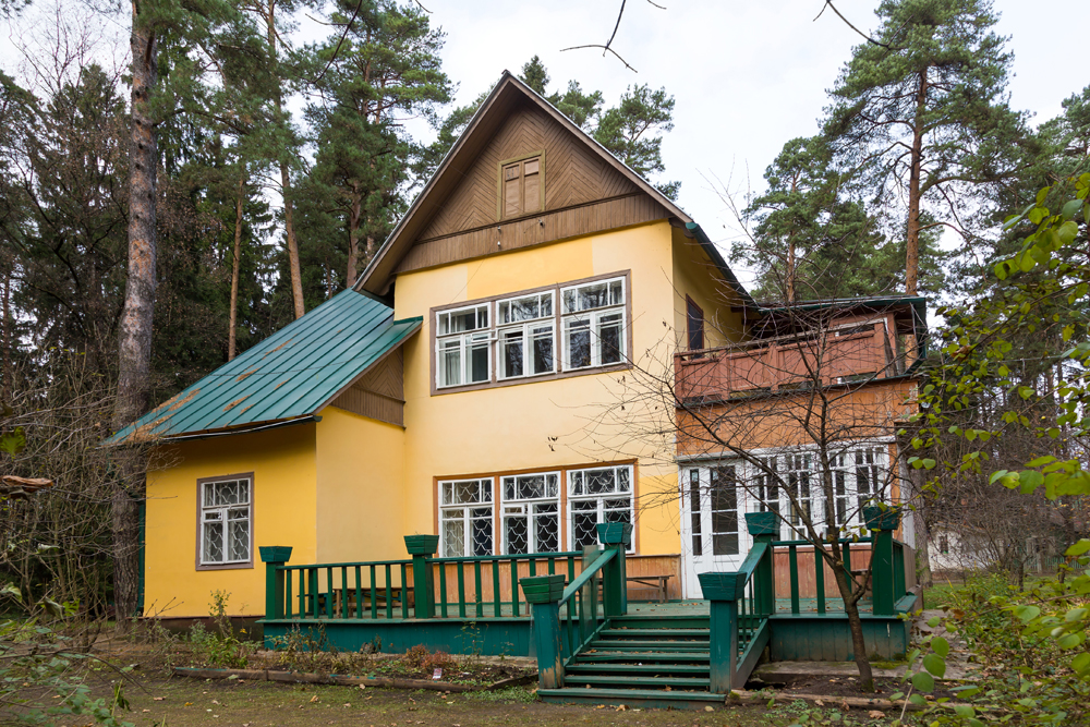 Some country houses are valued for their history, not house's size or distance from the city. This includes the houses of writers and artists. This picture shows the house of poet Korney Chukovsky in Peredelkino (Moscow region).