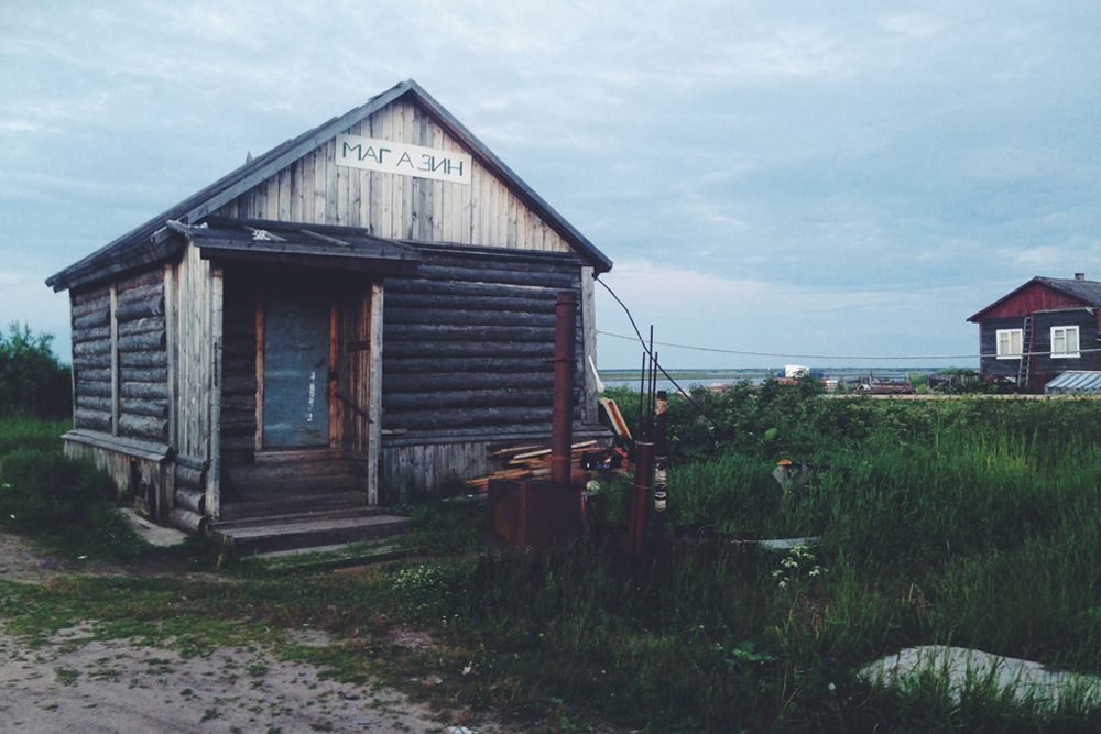 "There were other signs of life along the way: empty lanes, lopsided fences, a triangular kiosk marked ""Store"". Instead of Severodvinsk, the Batenka team ended up in the village of Stroitel - by chance."
