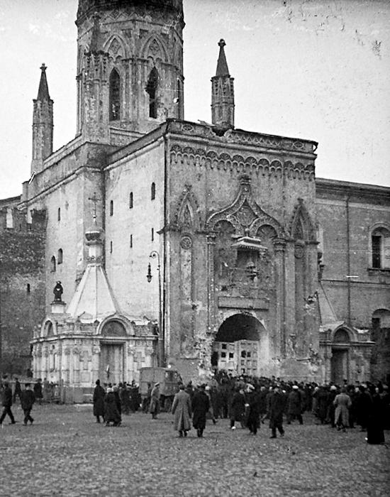 To the left of Nikolsky Tower stood the Chapel of St Nicholas the Miracle-Worker, and to the right the Chapel of Alexander Nevsky. They were built in 1821 as memorial monuments to the war with Napoleon in 1812-1814 — from Borodino to the taking of Paris. They were demolished in 1929 together with the chapels at the Spassky Gates.