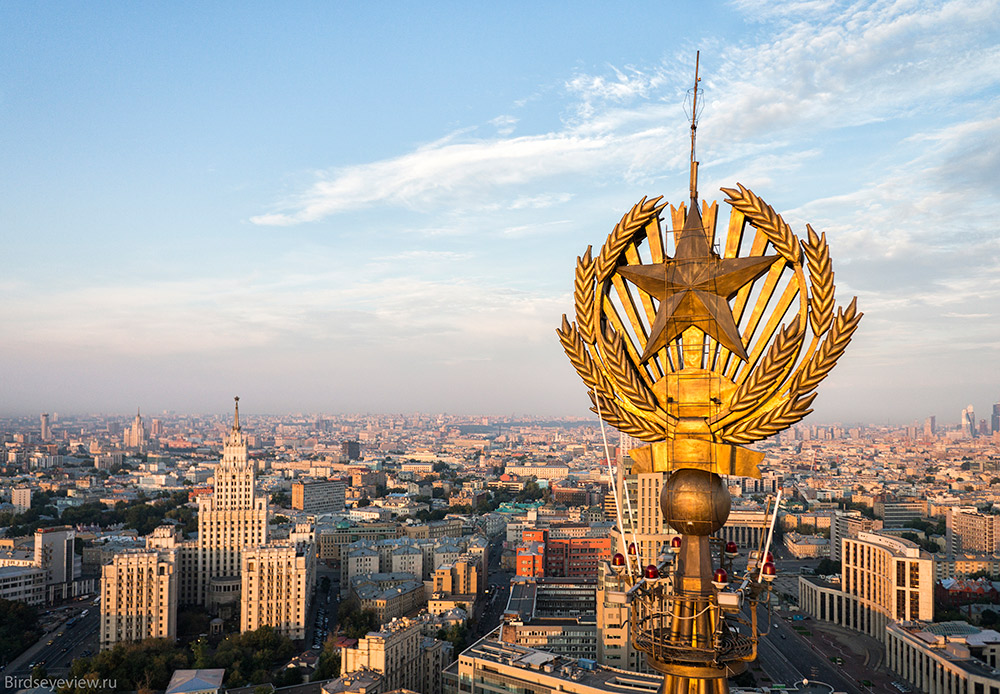 Two more skyscrapers in the same style were planned, but never built: the Zaryadye Administrative Building and the Palace of the Soviets. /  Hilton Moscow Leningradskaya. Height: 136 meters